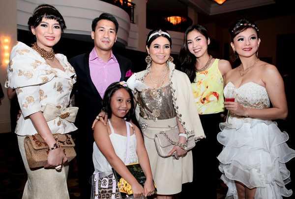 Diễn viên Thủy Tiên (ngoài cùng bên trái), Phillip Nguyễn cùng Tăng Thanh Hà và một số họ hàng nhà chồng cô cùng tham gia sự kiện của Đỗ Mạnh Cường.