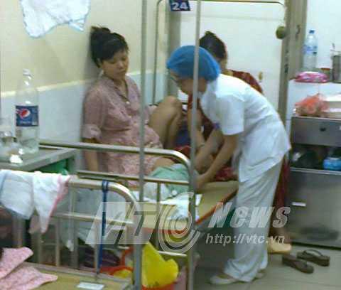Sau khi tiêm, điều dưỡng tại khoa A3, bệnh viện Phụ sản Hà Nội dặn cần theo dõi con trong vòng 30 phút sau tiêm.