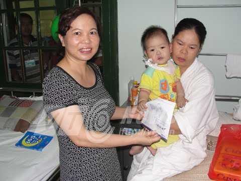 Bà Nguyễn Thị Hằng, đại diện báo VTC News trao tiền độc giả ủng hộ cháu Hiếu.
