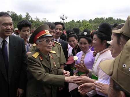 Đại tướng nói chuyện với đồng bào Điện Biên năm 2004. Ảnh: Đoàn Hoài Trung.