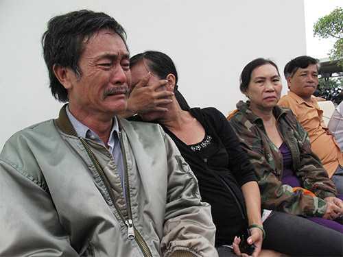 Gia đình ông Trần Ngọc Long (bìa trái) đau xót trước cái chết của Trần Thị Hải Yến
