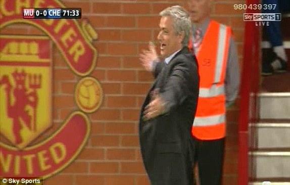 Phản ứng như một diễn viên múa của HLV Mourinho