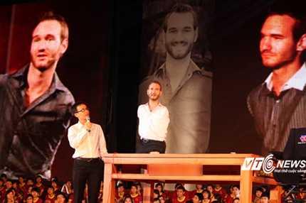 Nick Vujicic xuất hiện trên sân khấu tại Hà Nội(Ảnh: Hà Thành)