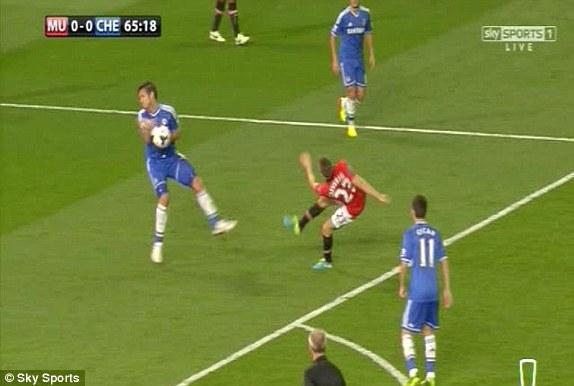 Hình ảnh quay chậm cho thấy, Frank Lampard đã để bóng chạm tay và trọng tài Atkinson ở rất gần với tình huống.