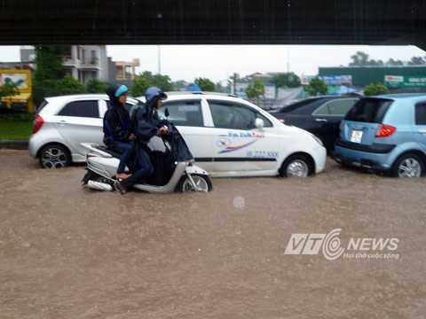 Mưa lớn dai dẳng, phố Hà Nội lại biến thành... sông. Ảnh: Khánh Hòa