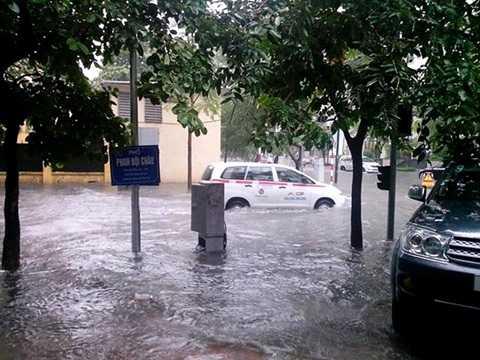 Phố Phan Bội Châu ngập sâu sau mưa lớn