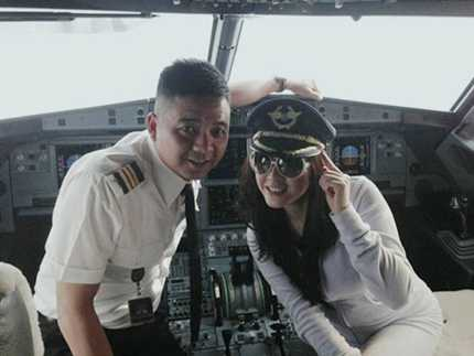 Lý Nhã Kỳ chụp ảnh trong buồng lái cùng phi công