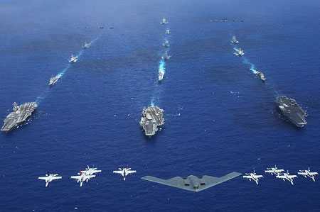 Máy bay ném bom B-2 của Mỹ cùng các máy bay và tàu chiến khác - Ảnh: AFP