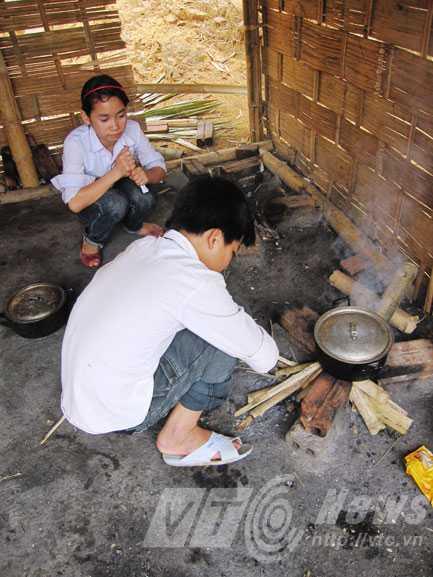 Nổi lửa chuẩn bị bữa cơm trưa thường nhật tại trường