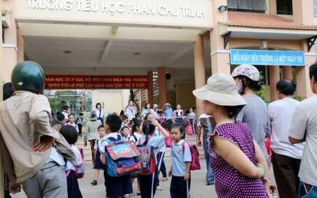 Phụ huynh đón con tại Trường tiểu học Phan Chu Trinh, Gò Vấp, TPHCM trưa 4-4 -Ảnh: Như Hùng