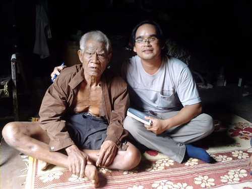 Nghệ nhân Y Nul (bên trái) ở xã Ea Kênh (Krông Pak) là một trong những người thuộc nhiều sử thi Êđê trên địa bàn Dak Lak hiện nay