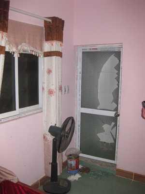 Cửa kính nhà vệ sinh phòng 202 nhà nghỉ Thuỳ Linh bị đập vỡ