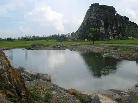 Khu vực hồ nước do khai thác đá để lại, nơi cháu Hoàng chết đuối.