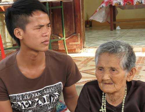 Người phụ nữ này đã 90 tuổi nhưng mang cả tang con ruột và cháu ruột là anh Thắng và anh Sáu. Ảnh: Khampha.vn