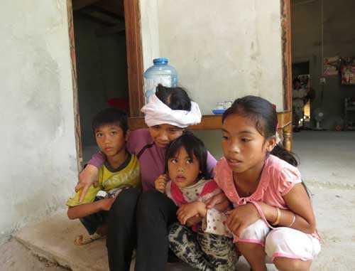 Sau đám tang chồng, chị Hòe chỉ biết ôm 3 đứa con mà than thân trách phận.Ảnh: Khampha.vn
