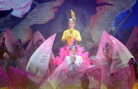 Linh Nga và Ngô Thanh Vân trong điệu múa Sen