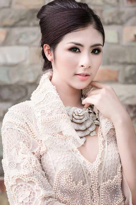 Khác hẳn với một Ngọc Hân nhu mì, nền nã, với phong cách này Hoa hậu trở nên sang trọng và quý phái.