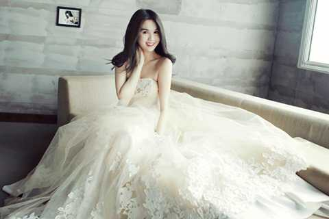 Mê mẩn ngắm Nữ hoàng nội y Ngọc Trinh trong bộ ảnh cưới tinh khôi