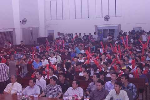 Không gian của hội trường nhanh chóng trở nên chật hẹp và náo nhiệt bởi sự cổ vũ nhiệt tình của các bạn CĐV