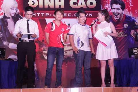 Niềm vui chiến thắng của Trần Minh Khôi (bên phải) và một chút tiếc nuối của Bùi Duy Bắc (bên trái)