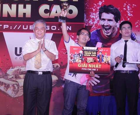Thầy Nguyễn Mạnh Phú Bí thư đảng ủy, Phó hiệu trưởng trường Đại học Thể dục Thể thao thành phố Hồ Chí Minh trao cúp và bằng khen cho nhà vô địch mới của bộ môn FIFA Online 2