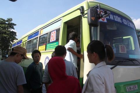 Hành khách chen lấn lên xe buýt