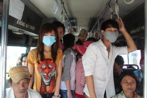 Bên trong xe buýt đông nghẹt người
