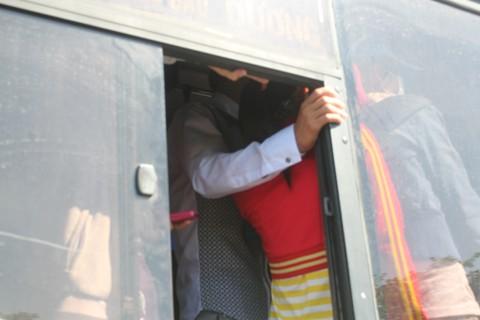 Rất đông hành khách không có chỗ ngồi phải đứng vịn vào cửa sổ