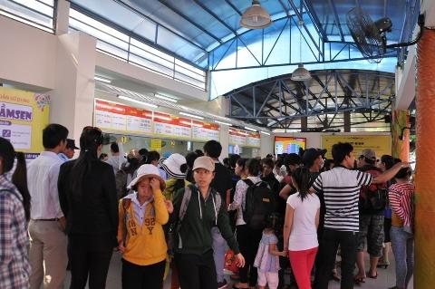 Khu mua vé chơi các trò chơi cảm giác mạnh chiếm số lượng hành khách rất đông