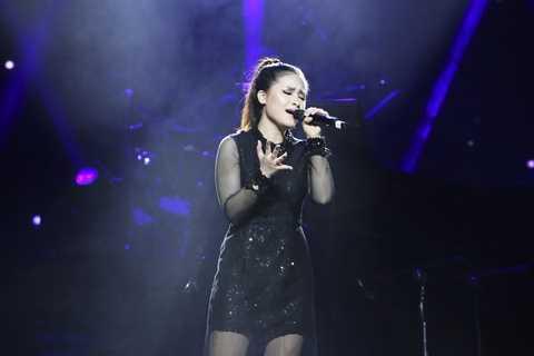 Dương Hoàng Yến được xếp hát cuối cùng, nhưng phần trình diễn của cô lại được khá nhiều khán giả đêm qua nhiệt liệt ủng hộ.