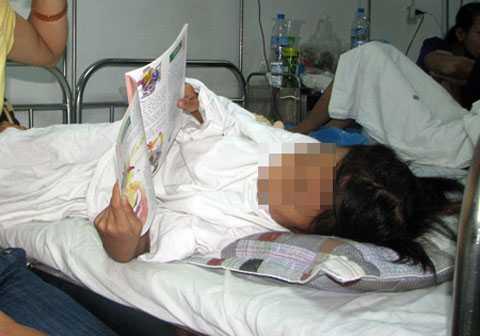 Năm 2012, cháu H.T.A (SN 2004) bị một thanh niên mới lớn là hàng xóm hiếp dâm, bị chảy máu vùng kín phải điều trị tại bệnh viện phụ sản TW. (Ảnh: Dân Việt)
