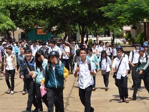 Các thí sinh dự thi tốt nghiệp tại Trường THPT Hồng Đức (Đắk Lắk) hoàn thành ngày thi đầu tiên.