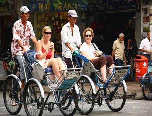 Một du khách người Pháp lần đầu tiên tới Việt Nam bị người đạp xích lô ném tiền bo vào mặt vì...chê ít (Ảnh chỉ có tính minh họa: Internet)
