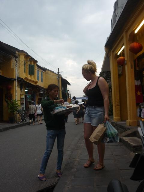 Cảnh chèo kéo, chặt chém khách du lịch ở Hội An (Ảnh: Minh Quân)