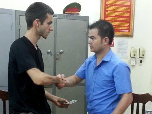 Nhân viên một khách sạn tư nhân ở Hà Nội bồi thường cho du khách (Ảnh: Internet)
