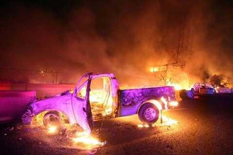 Chiếc xe bán tải bốc cháy trên đường cao tốc sau vụ nổ xe bồn