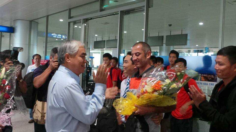 Phó chủ tịch VFF Lê Hùng Dũng ra đón đoàn U19 Việt Nam