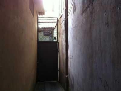 Phía bên ngoài căn nhà xảy ra vụ tự tử bí ẩn.