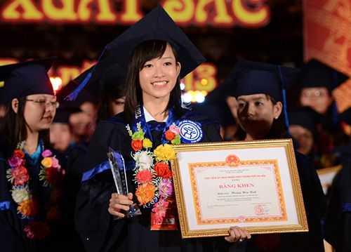 Cô là một trong 123 thủ khoa đầu ra xuất sắc của Hà Nội được vinh danh