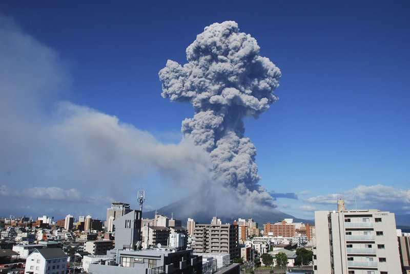 Cột khói khổng lồ phun ra từ miệng núi lửa Sakurajima tại Kagoshima