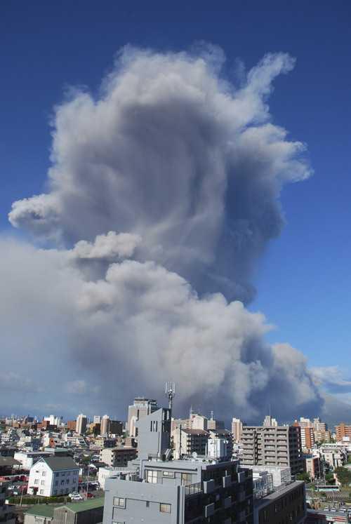 Cột khói khổng lồ sinh ra sau vụ phun trào thứ 500 của Sakurajima trong năm nay