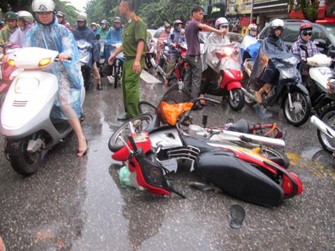 Dưới lòng đường, cả xe máy và xe đạp đều hư hỏng nặng