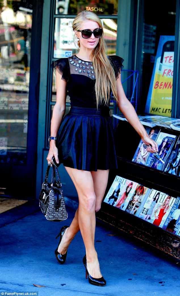 Paris diện cây đen nổi bật, quyến rũ trên đường phố Hollywood.