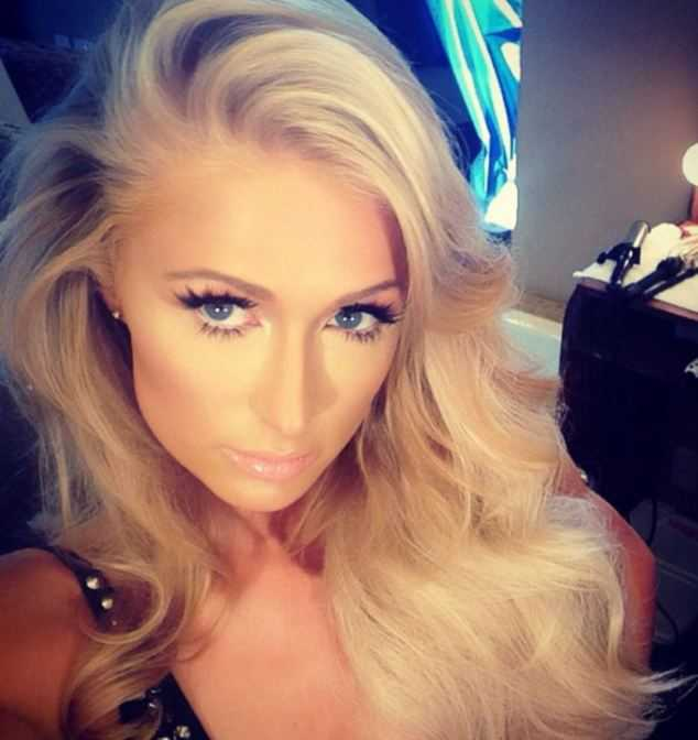 Người đẹp tóc vàng tâm sự với các fan cô rất ưng kiểu tóc và phong cách trang điểm này.