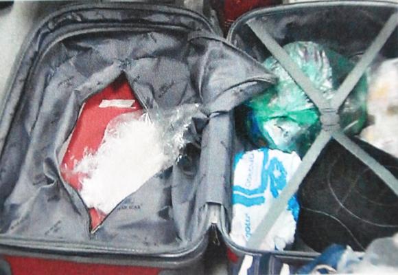 Ma túy bỏ lẫn lộn cùng quần áo trong valy