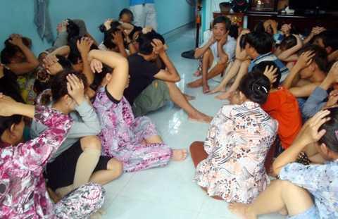 Các con bạc bị bắt giữ tại một sòng bạc (ảnh: internet)