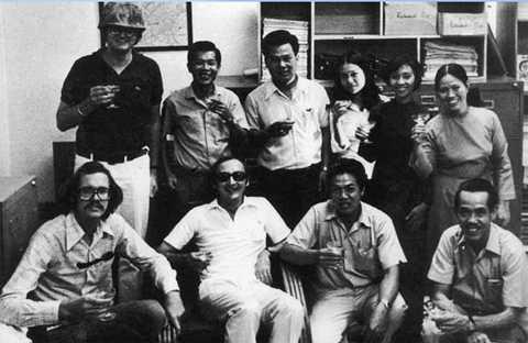 Phạm Xuân Ẩn cùng các nhân viên văn phòng Time tại Sài Gòn - nguồn: Tư liệu cá nhân Phạm Xuân Ẩn