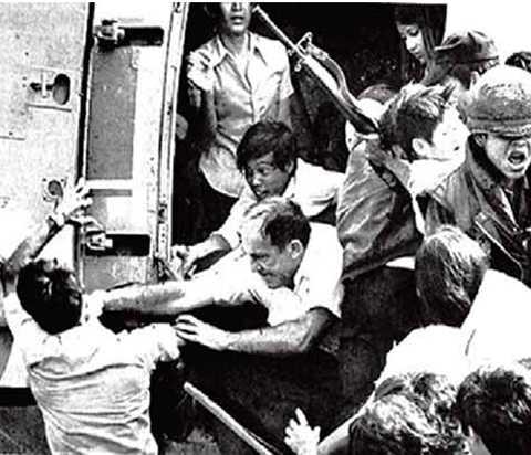 Chen nhau lên trực thăng để di tản ngày 30/4/1975