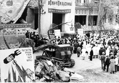 Bệnh viện Bạch Mai, Hà Nội bị trúng bom B52 của Mỹ, tháng 12/1972