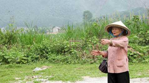 Bà Nguyễn Thị Cẩn, chỉ cho phóng viên vị trí mộ tập thể ở Nghĩa Trủng